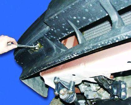 Для снятия заднего бампера необходимо открутить с каждой стороны по две гайки и болту крепящие бампер к основанию