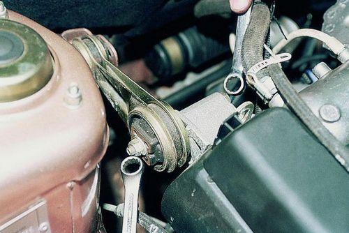 Откручиваем болт крепящий подушку к двигателю