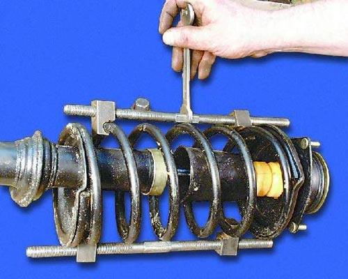 Демонтаж пружин передней стойки специальным съемником