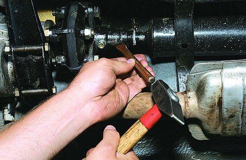 Маркируем зубилом положение кардана и фланца