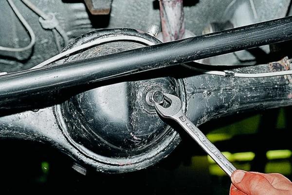 Откручивание пробки для заливки масла в редуктор заднего моста авто ВАЗ 2107