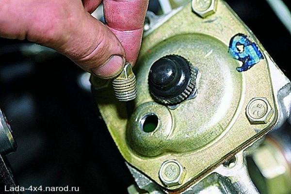 Выкрученная пробка из заливного отверстия редуктора управления рулем