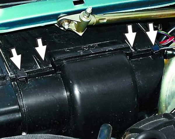 Снятие пружинных скоб с кожуха вентилятора