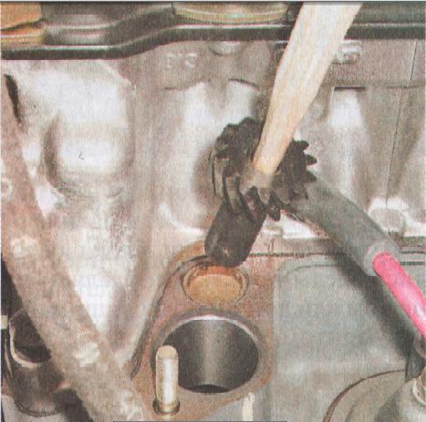 Демонтирование шестерни при помощи заостренной палочки