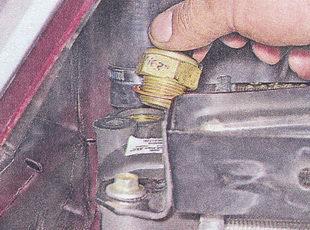 Достаем контролер включения вентилятора вместе с уплотняющим медным колечком