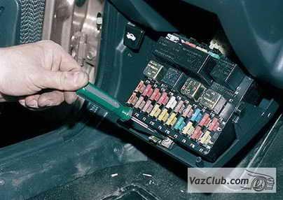 Отсоединяем аккумуляторную батарею и откручиваем винт крепления блока