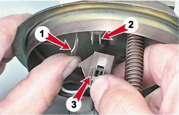 Отсоединяем колодку проводов от крышки топливного модуля