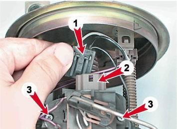 Отсоединяем колодку с проводами от насоса и откручиваем винты (3)