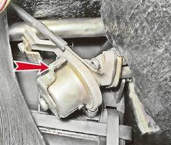 Снимаем тросик привода крана отопителя