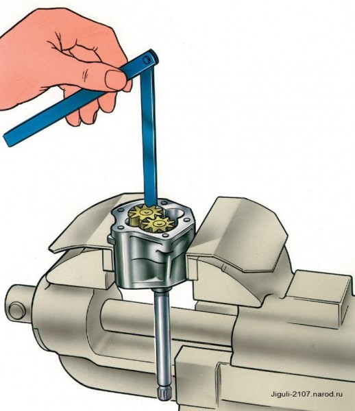 Измерение зазора между корпусом и шестеренкой масляного насоса