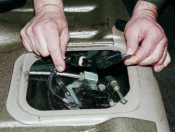 После снятия лючка, отсоединяем разъем от бензинового насоса