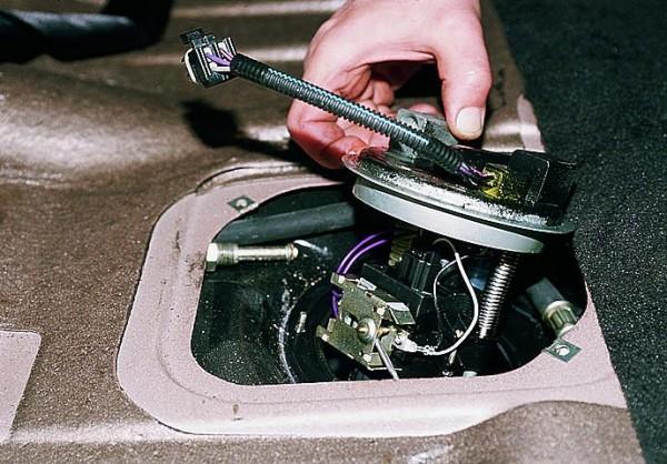 Вынимаем узел электрического бензонасоса, вместе с контролером уровня бензина