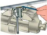 Измерение зазора между торцом шестерни и плоскостью разъема насоса