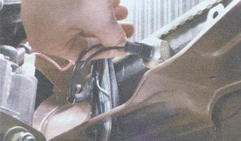 Отсоединение проводов от датчика вентилятора