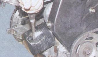 Откручивание масляного фильтра с помощью отвертки