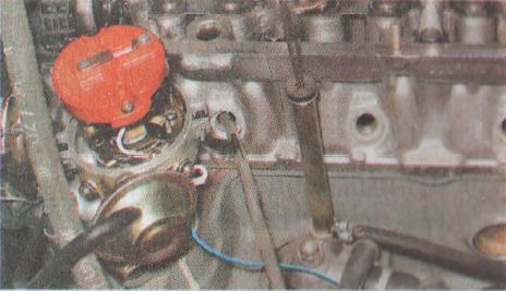 Вставляем пруток 8 миллиметров через отверстие для свечи между клапаном и поршнем