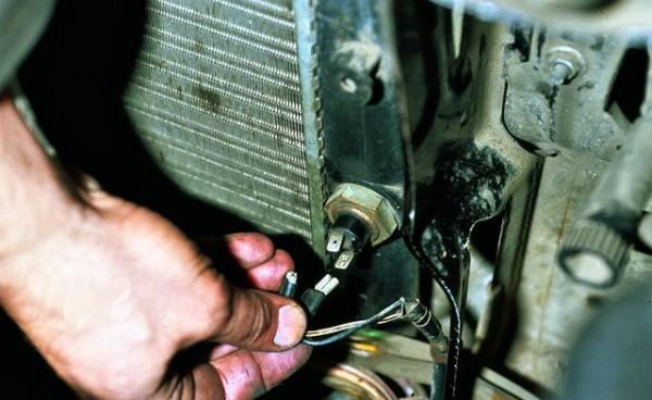 Отключаем провода от измерителя