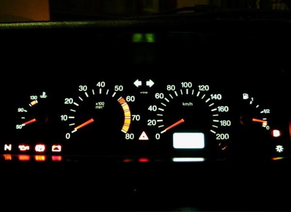 На комбинации приборов индикатор топлива находится справа