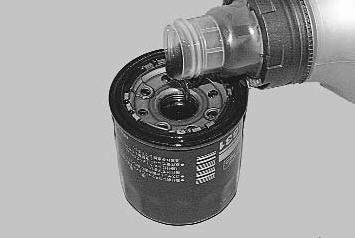 Наполняем новый фильтр на треть, чтобы сократить время работы мотора без смазки