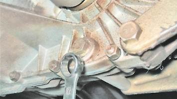 Ключиком на «17» выкручиваем сливную пробку
