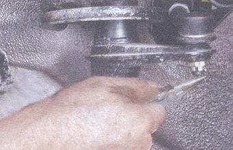 Достаем шплинт гайки, крепящей шарнир рулевой тяги к рычагу