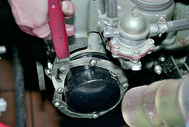 Ключом для фильтра, либо съемником, откручиваем старый фильтр