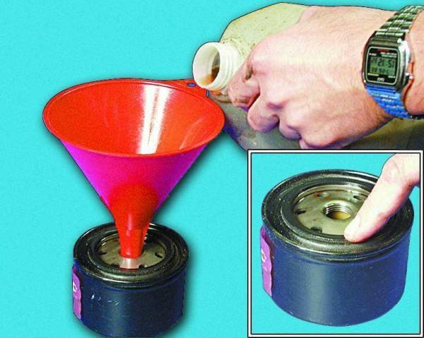 Наливаем через воронку свежее масло в новый фильтр примерно до половины объема,смазываем резиновое уплотнительное кольцо