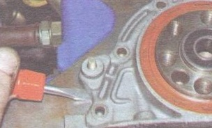 Поддеваем отверткой и снимаем держатель радиального манжета коленчатого вала