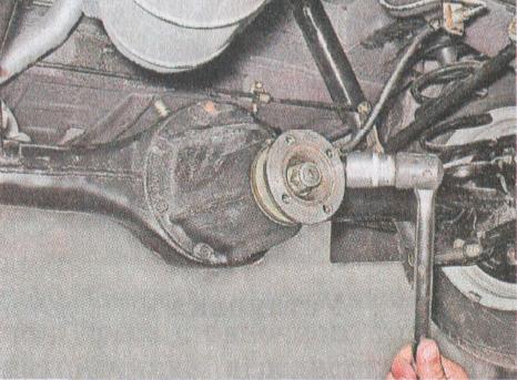 Торцевым ключом, либо головкой на «24» выкручиваем гайку, крепящую фланец
