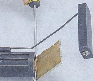 Снимаем фильтр с бензонасоса при помощи двух плоских отверток