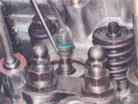 Надеваем сальник на клапан через специальную пластиковую втулку, чтобы не повредить внутреннюю поверхность его