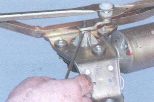 Поддев плоской отверткой, снимаем кривошип с валика редуктора