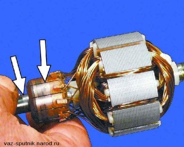 Шейки якоря обозначены стрелками, проверяем состояние шеек и коллектора