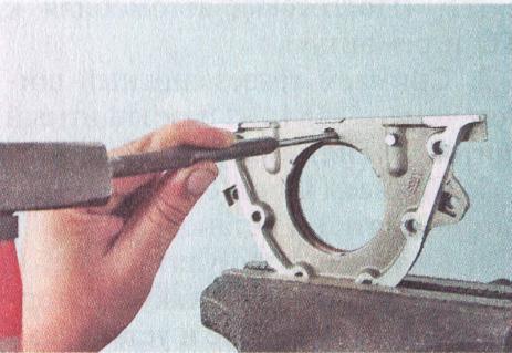 Зажимаем в тиски держатель, и выбиваем сальник при помощи выколотки