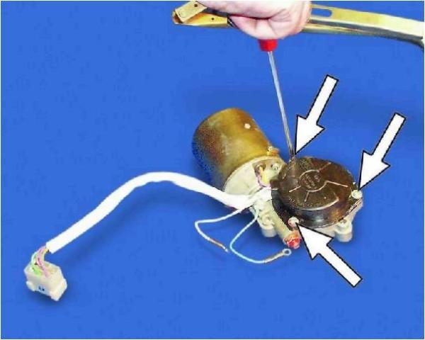 Откручиваем винты (их три),  они обозначены стрелочками, чтобы снять крышку редуктора