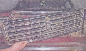 Снимаем радиаторную решетку