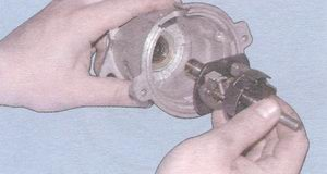 Вынимаем валик в сборе с центробежным регулятором