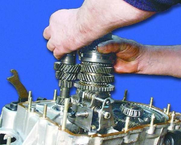 vytaskivanie pervichnogo i vtorichnogo valov 600x479 - Ремонт кпп на ваз 2109- устройство и ремонт, снятие и установка