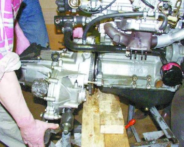 Двигатель и коробка передач автомобиля ВАЗ 21099