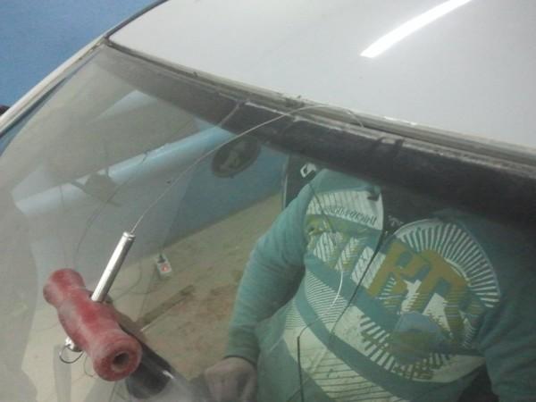 Как правильно срезать лобовое стекло
