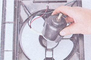 Вынимаем электродвигатель с двумя амортизаторами