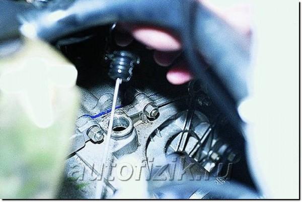 Отверстие для заливки масла в коробку передач ВАЗ 2115