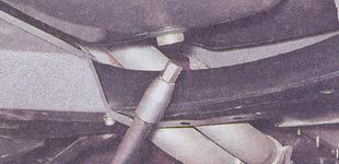 Откручивание пробки на сливном  отверстии