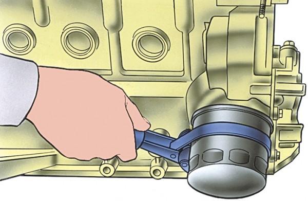 Снятие масляного фильтра с помощью приспособления