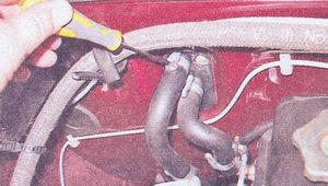 ВАЗ 21074 замена радиатора отопителя. Ослабляем хомуты крепления шлагов