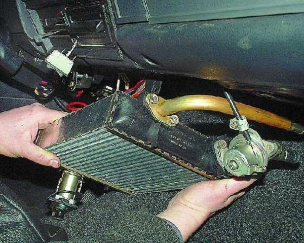 Радиатор отопления вынимается из автомобиля