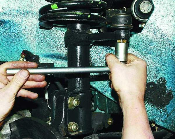 Откручиваем гайку рулевого наконечника