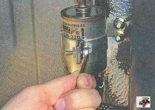 Ключиком на «10» выкручиваем стяжной болт хомута, крепящего фильтр