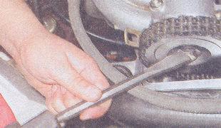 Фото, где показывается отгибание лепестков стопорной шайбы