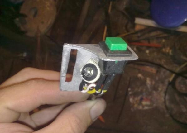 Концевик, устанавливаемый для сигнализации на крышке бензобака ВАЗ 2110